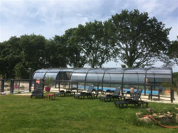 La piscine couverte village de gites stereden week end for Camping cote de granit rose piscine couverte